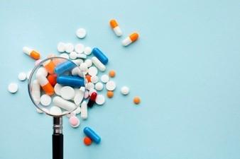 Lente d'ingrandimento e pillole colorate Foto Premium